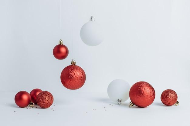Coleção de enfeites de natal vermelhos e brancos em fundo branco. composição festiva de ano novo