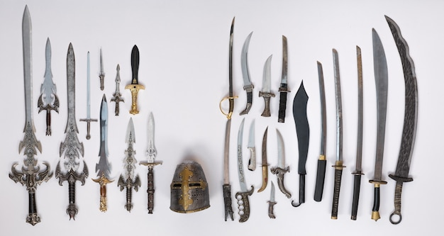 Coleção de espadas medievais, facas e punhais
