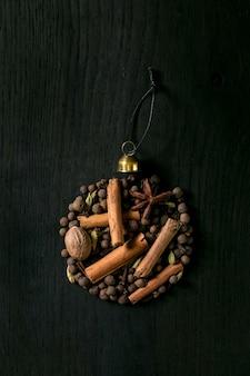 Coleção de especiarias com ingredientes de vinho quente como bola de natal