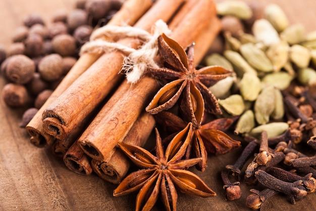 Coleção de especiarias para vinho quente e pastelaria na mesa de madeira
