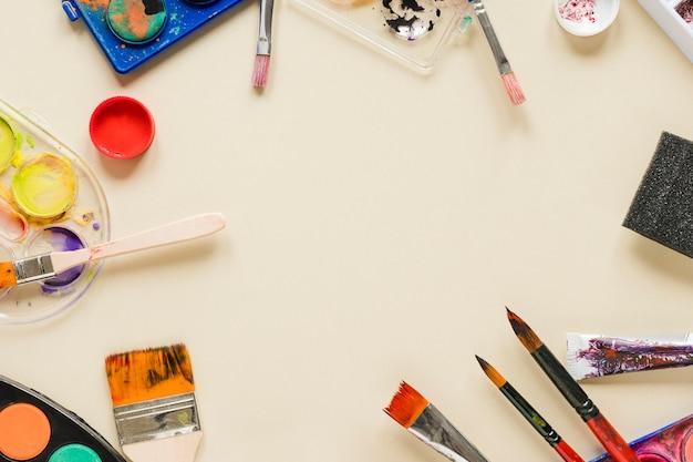 Coleção de ferramentas de artista com cópia-espaço