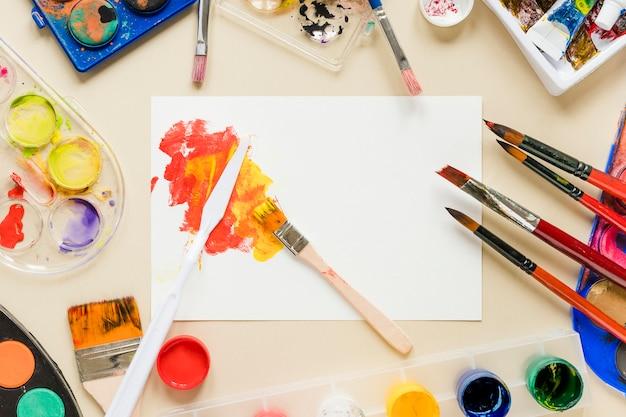 Coleção de ferramentas de artista na mesa
