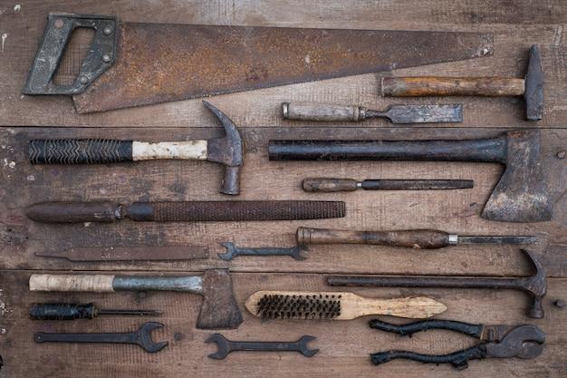Coleção de ferramentas manuais antigas para trabalhar madeira em uma bancada de madeira velha