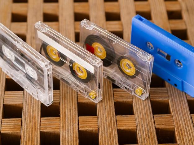 Coleção de fitas cassete organizada em linha