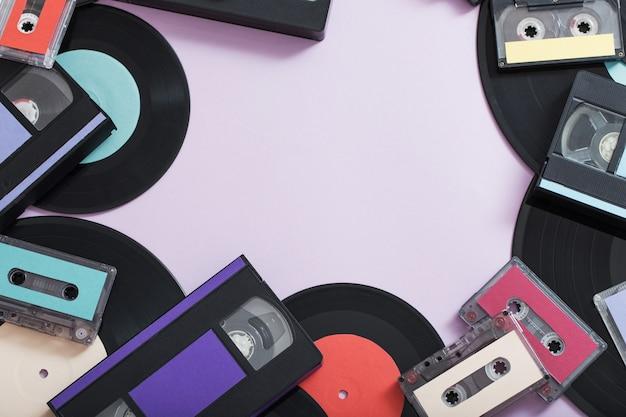 Coleção de fitas de música, discos e videocassetes em papel