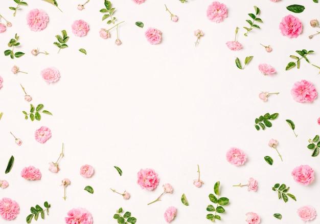 Coleção de flores cor de rosa e folhas verdes