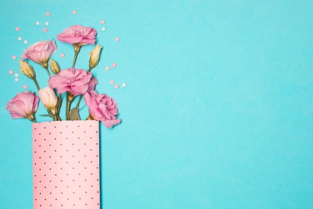 Coleção de flores frescas e bonitas em pacote de papel