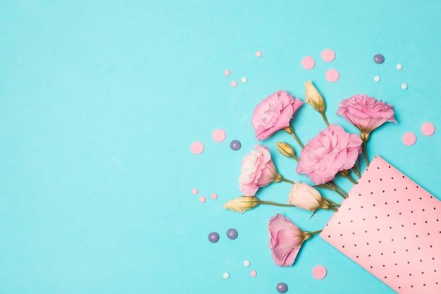 Coleção de flores frescas em pacote de papel