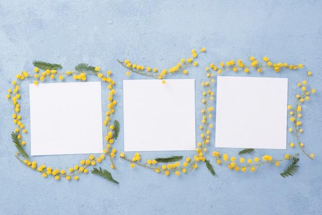 Coleção de folhas de papel em branco com moldura de flores