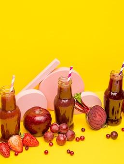 Coleção de frascos com smoothie fresco na mesa