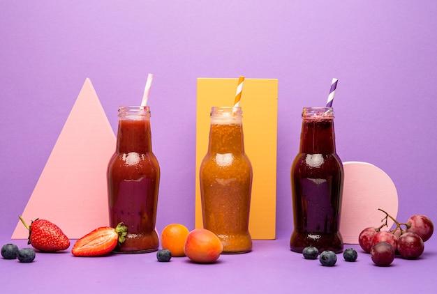 Coleção de frascos com smoothie fresco