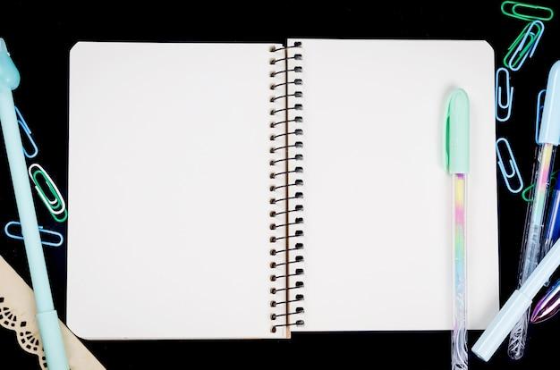 Coleção de itens estacionários e fornecedores de escritório - caneta, lápis, caderno com inscrição