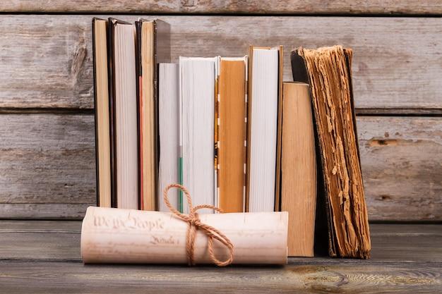 Coleção de livros antigos e pergaminho. fundo de madeira envelhecido.