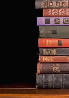 Coleção de livros antigos em um fundo escuro