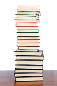 Coleção de livros empilhados isolado no fundo branco
