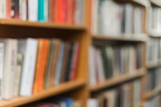 Coleção de livros nas prateleiras