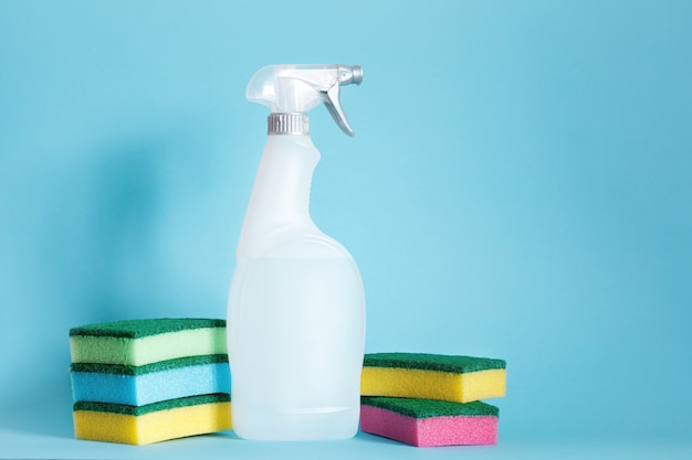 Coleção de material de limpeza em fundo azul. conceito de trabalho doméstico. ferramentas de limpeza.