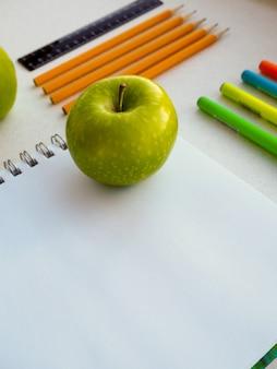 Coleção de material escolar colorido no notebook
