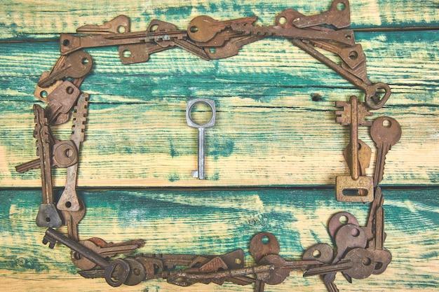 Coleção de muitas chaves antigas retrô diferentes