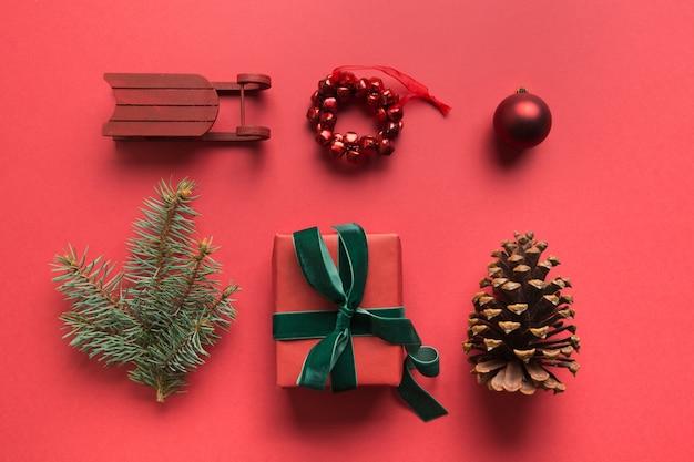 Coleção de natal vermelho com bolas, flocos de neve, coração, renas, pirulito, grinalda para mock up. modelo de design. postura plana. vista de cima.