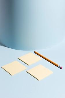 Coleção de notas autoadesivas e lápis em cima da mesa