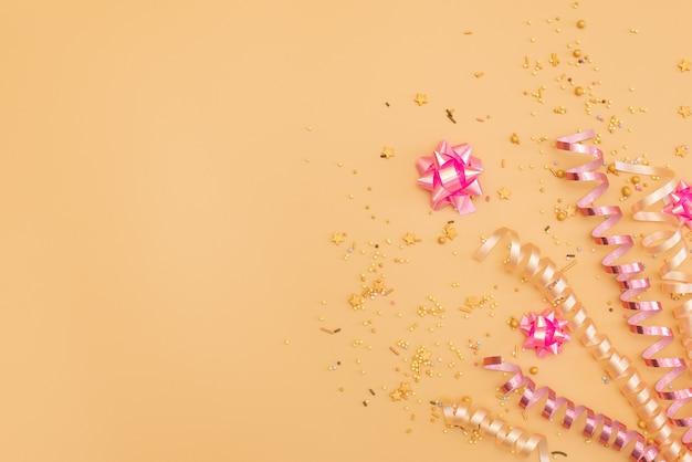 Coleção de objetos de festa de aniversário-de-rosa em uma caixa de presente