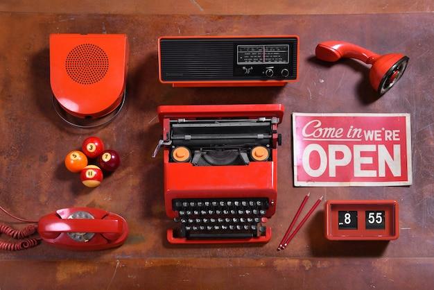 Coleção de objetos vintage vermelhos na mesa de madeira
