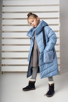Coleção de outono de roupas infantis e adolescentes. jaquetas e casacos para o frio do outono. crianças posam em um fundo branco. rússia, sverdlovsk, 1 de setembro de 2019