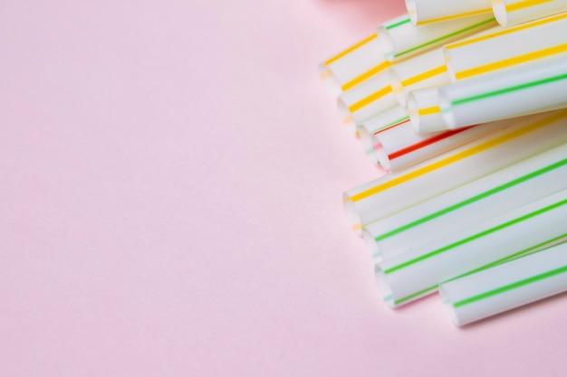 Coleção de palha plástica de cópia-espaço na mesa