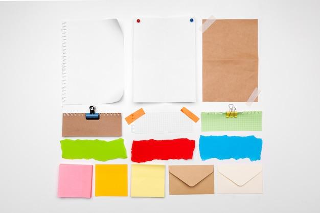Coleção de papéis velhos e adesivos isolados no branco
