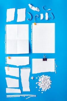 Coleção de pedaços de papel em várias formas.