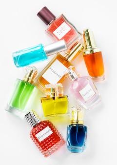 Coleção de pequenos frascos de perfume