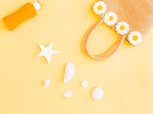 Coleção de pertences de praia tropical férias em fundo amarelo