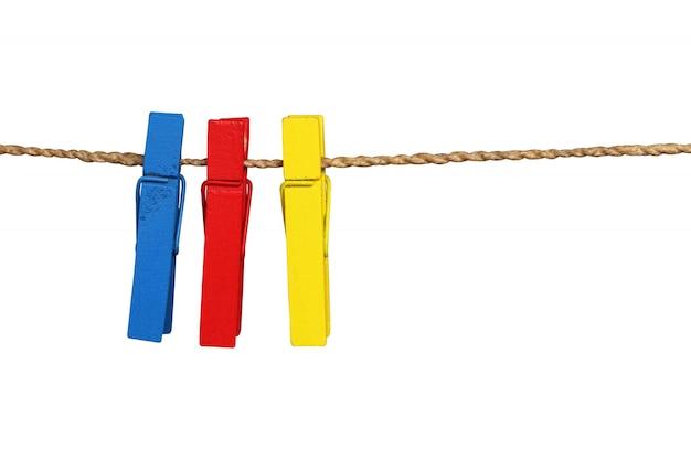 Coleção de pinos de roupas de madeira colorida e corda de linha de roupas isolada