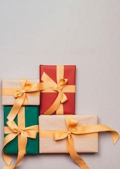 Coleção de presentes de natal com fita dourada