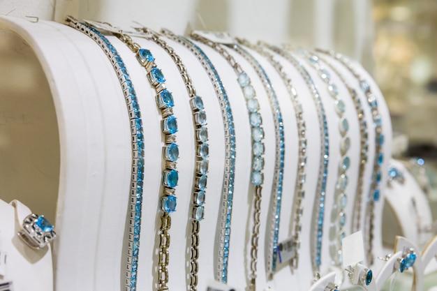 Coleção de pulseiras decoradas com pedras preciosas, ceilão