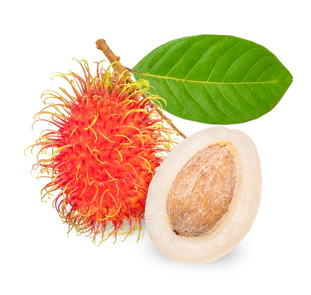 Coleção de rambutan fresco com folhas isoladas em branco, fruto de rambutan inteiro com fatia isolada em branco.
