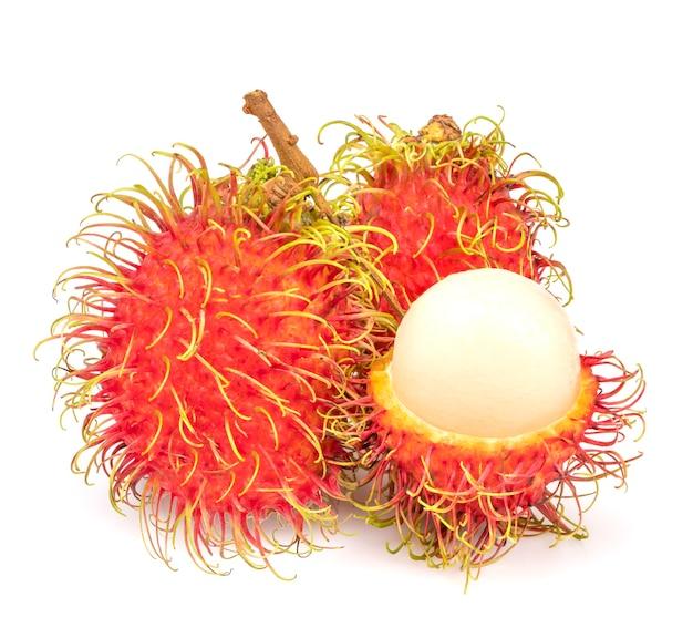 Coleção de rambutan fresco isolado no branco, fruta inteira rambutan com fatia isolada no branco.