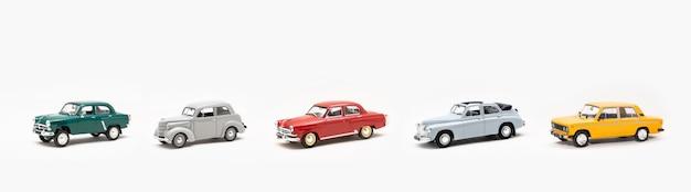 Coleção de réplicas em miniatura de carros antigos de brinquedo em um fundo branco