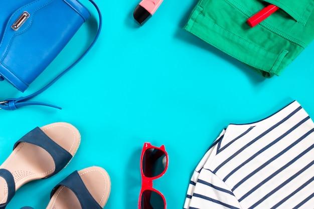 Coleção de roupas de verão de uma mulher da moda