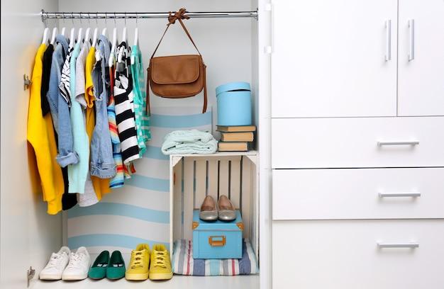 Coleção de roupas penduradas em um cabide