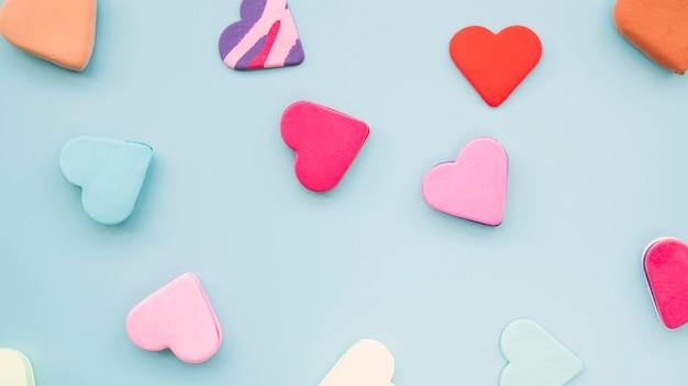 Coleção de saborosos biscoitos frescos em forma de coração