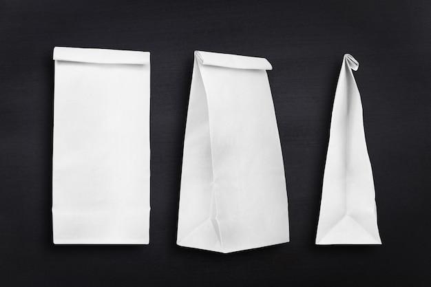 Coleção de sacos de papel no fundo do quadro-negro