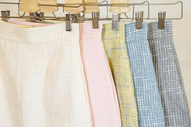 Coleção de saias de moda no cabide