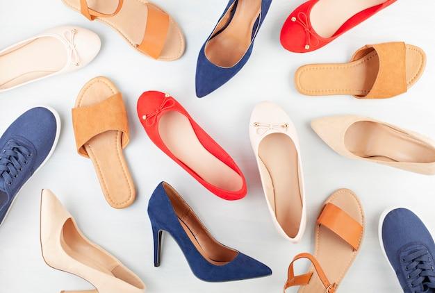 Coleção de sapatos de verão primavera da garota. mock-se de diferentes estilos e sapatos colos.