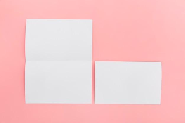 Coleção de tamanho diferente de brochura em branco