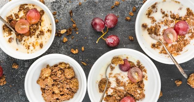 Coleção de tigelas de café da manhã com uvas