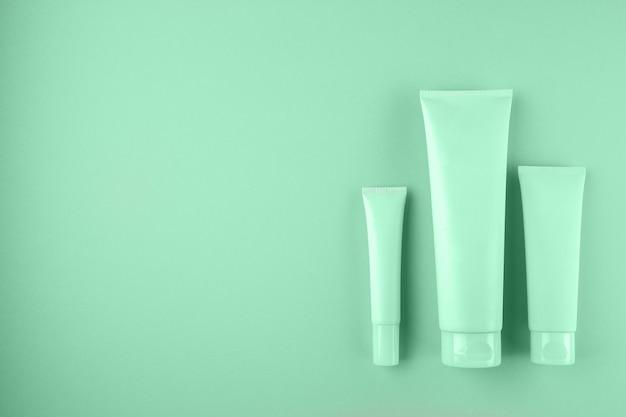 Coleção de três tubos de cosméticos na cor hortelã