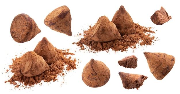 Coleção de trufas de chocolate caseiras com cacau em pó isolado no fundo branco com traçado de recorte