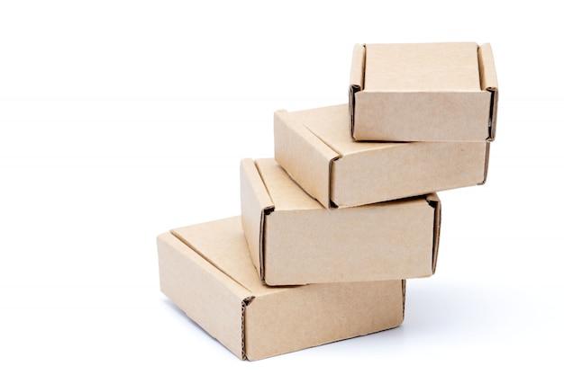 Coleção de várias caixas de papelão branco